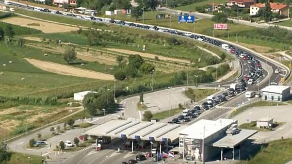 Torlódnak az autók a szlovén-horvát határon