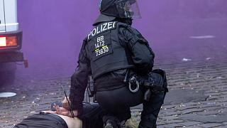 Almanya'da 3 polis görevden uzaklaştırıldı