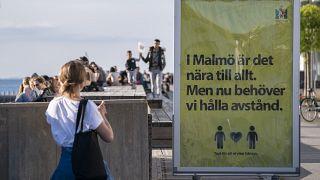 لافتة تشجع على التباعد الاجتماعي في السويد