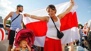 Az ellenzéki nő ruhájának színösszeállításában is visszaköszön a régi fehérorosz zászló, a fehér-vörös-fehér