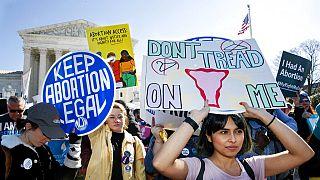 Una manifestazione per il diritto all'aborto davanti alla Corte Suprema a Washington, negli Stati Uniti