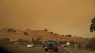 شاهد: آلاف الأشخاص يغادرون منازلهم شمال كاليفورنيا بسبب الحرائق
