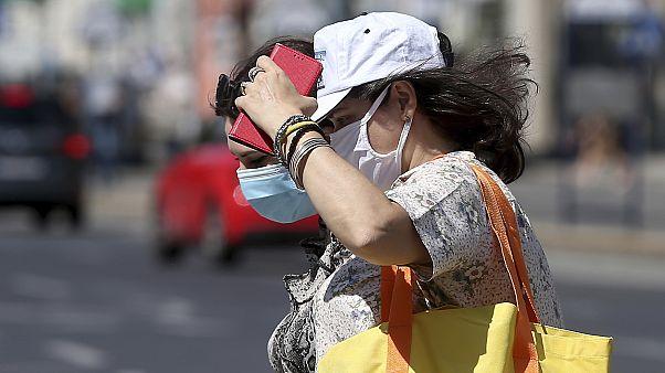 A maszk viselése üzletekben, számos zárt közösségi térben és a tömegközlekedési eszközökön kötelező