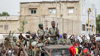 Un gruppo di militari poco dopo l'annuncio del golpe