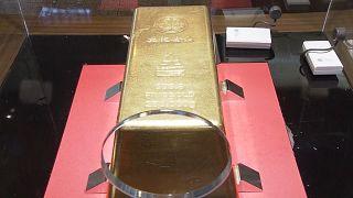 Japonya'da sergilenen dünyanın en büyük külçe altınına 17 milyon dolar fiyat biçiliyor