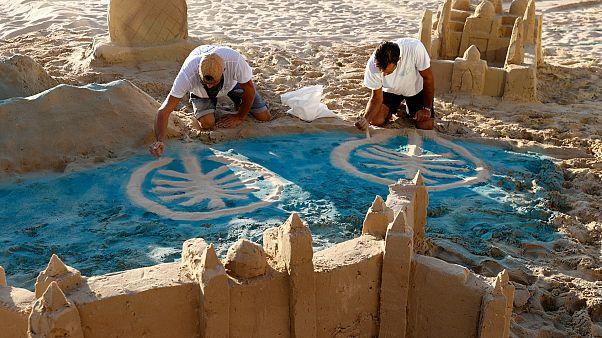 منحوتات رملية لأشهر مباني الإمارات في تل أبيب