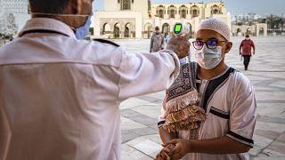 قياس درجة حرارة أحد المصلين في جامع الحسن الثاني