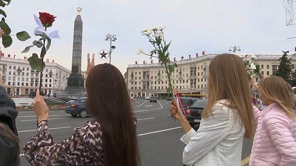 شاهد: النساء يحملن الزهور وسط مينسك احتجاجا على قمع لوكاشينكو للمظاهرات