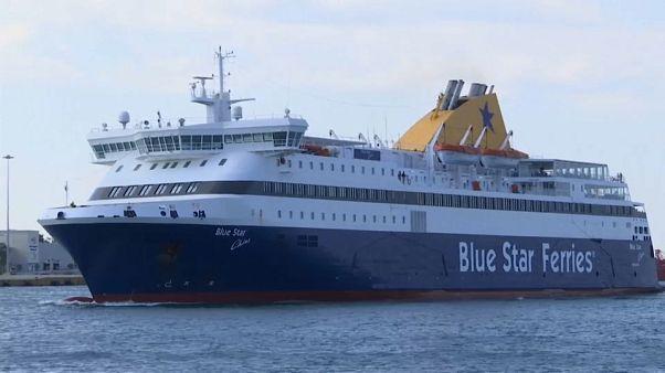 سفينة ركاب تقترب من ميناء بيروس