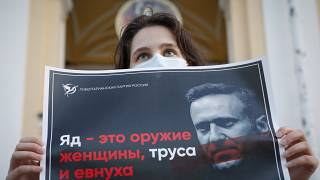 """""""El veneno es un arma de mujeres, cobardes y eunucos"""" se lee en este cartel de una partidaria de Navalni en San Petersburgo, Rusia"""