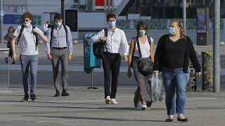 Több országban már szabadtéren is kötelező a maszk viselése