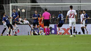 El sevillista Diego Carlos marca el tercer gol de su equipo en la final de la Europa League entre el Sevilla y el Inter de Milán