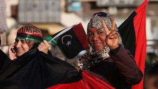 ليبيات يرفعن علامة النصر في ساحة التحرير، خلال الذكرى الثانية للثورة التي اسقطت نظام القذافي