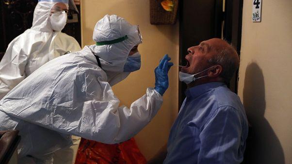 Covid-19 testi yapan Türk sağlık çalışanları