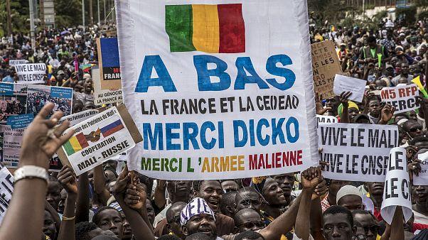 Multidão celebra golpe de Estado no Mali