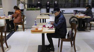 صورة من نيسان/أبريل الماضي من أحد المطاعم في جامعة في ووهان الصينية