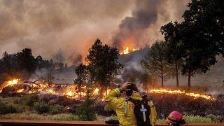 Un pompier se frotte la tête en regardant les incendies du LNU Lightning Complex situé au nord de San Francisco (21/08/2020)