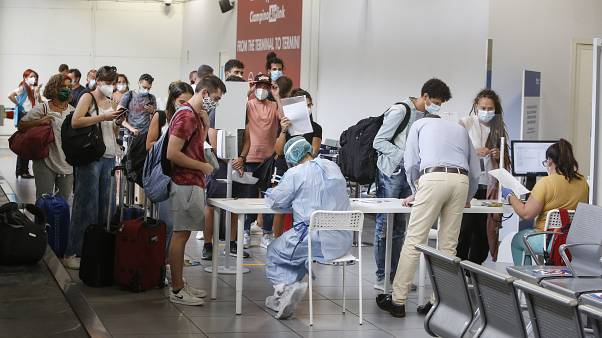في مطار روما