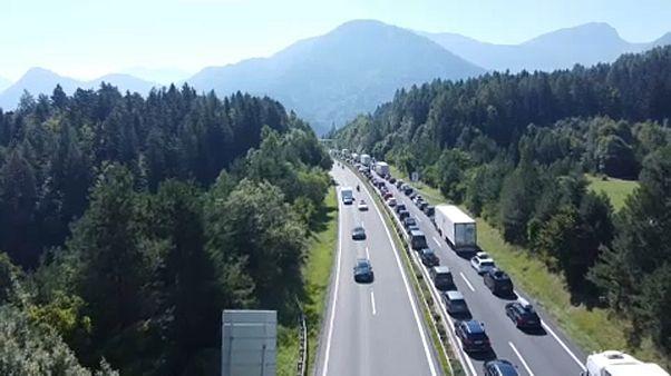 Hatalmas torlódás az osztrák-szlovén határon