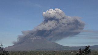 Endonezya'nın Sinaburg Yanardağı patlayarak bin metrelik kül püskürttü