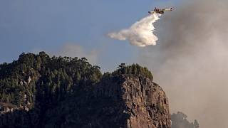 Löschflugzeug bei Brandbekämpfung auf den Kanaren im Jahr 2019