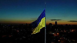 A 16 méter hosszú, 24 méter széles lobogót 90 méter magasra húzták fel az ukrán fővárosban,