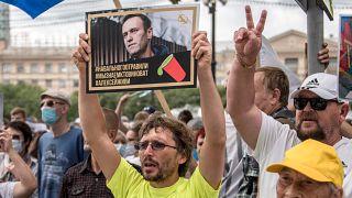 Navalnijt megmérgezték, tudjuk, hogy ki érte a felelős, Alekszej, élned kell - olvasható a tüntető tábláján az oroszországi Habarovszkban