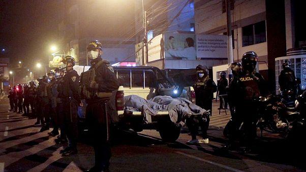 Rendőrök őrzik a dulakodásban elhunytak holttesteit szombat este.