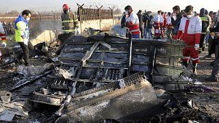Iráni mentők dolgoznak a földbe csapódott ukrán repülőgéproncs körül