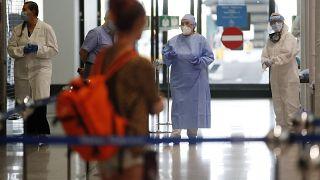 الطاقم الطبي ينتظر الركاب القادمين من أربع دول متوسطية في مطار مالبينسا في ميلانو لاختبارهم للكشف عن كوفيد-19