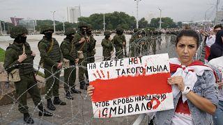 Nincs olyan szappan a világon, amivel le lehetne mosni az emberek vérét - olvasható a tüntető által tartott táblán