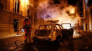 Coche calcinado en la capital francesa tras la noche de disturibios