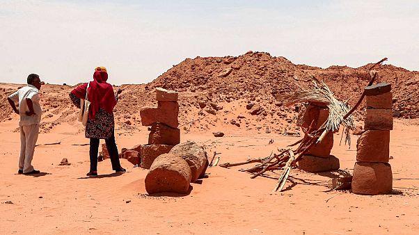 عالمة الآثار حباب إدريس أحمد ومحمود الطيب خبير سابق في هيئة الآثار السودانية في الموقع قديم لجبل المراغة ، على بعد حوالي 270 كيلومترًا شمال الخرطوم،  20 أغسطس 2020
