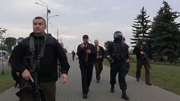 Belarus Cumhurbaşkanı Lukaşenko saldırı silahıyla görüntülendi