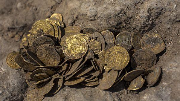 İsrail'in Tel Aviv kenti yakınlarında Abbasi Halifeliği döneminden kalma 24 ayar saf altınlar bulundu