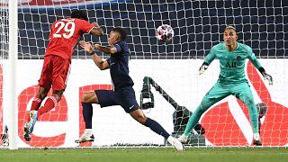 مهاجم بايرن ميونخ الفرنسي كينغسلي كومان يسجل هدف الفوز ضد باريس سان جيرمان خلال المباراة النهائية لدوري أبطال أوروبا، لشبونة، 23 أغسطس 2020.