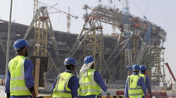 Trabajadores caminan hacia el Estadio Lusail, uno de los estadios de la Copa del Mundo de 2022, en Lusail, Catar, el viernes 20 de diciembre de 2019.