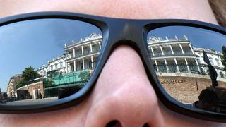 A bécsi Coburg palota tükröződik egy napszemüvegben