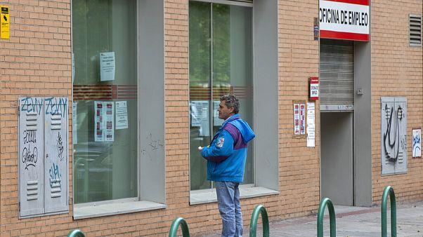 Archivo. Un hombre ante una oficina de empleo en Madrid