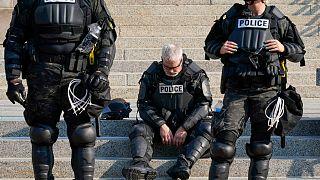 عناصر من الشرطة يقفون أمام محكمة مقاطعة كنوشا في وسكنسون - 2020/08/24