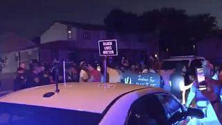 ABD'nin Wisconsin eyaletinde polisin bir siyahiyi arkadan vurarak ağır yaralaması bölgede tepkilere neden oldu.