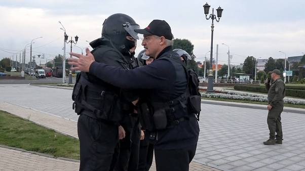 الرئيس البيلاروسي ألكسندر لوكاشنكو يحمل سلاح ألي
