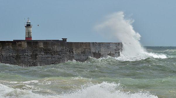 Un faro de Inglaterra frente a las olas traidas por la tormenta Ellen el pasado viernes.