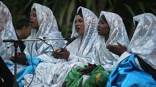 جوقة نساء الطوارق خلال أمسية موسيقية في فضاء أجورا في رياض الفتح لتكريم عثمان بالي
