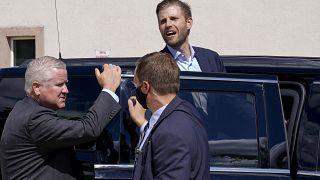 إيريك ترامب يصرخ عند باب سيارته في مدينة ميلاوكي في ولاية وسكنسن. 2020/08/18