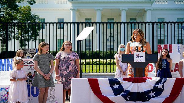 السيدة الأمريكية الأولي ميلانيا ترامب أمام البيت الأبيض