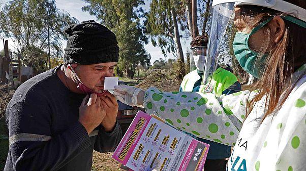 عامل صحي يجري اختبارًا لحاسة الشم  لأحد سكان حي ألتوس دي سان لورينزو، بالقرب من مدينة لا بلاتا، على بعد 65 كم من مدينة بوينس آيرس، الأرجنتين، 24 مايو 2020