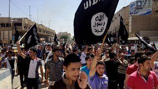 أشخاص يحملون علم داعش في الموصل عام 2006