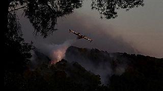 Canadairs luttant contre le feu près de Istres