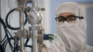 Un técnico de laboratorio trabaja en la empresa biofarmacéutica mAbxience en Garin, Argentina, el viernes 14 de agosto de 2020.
